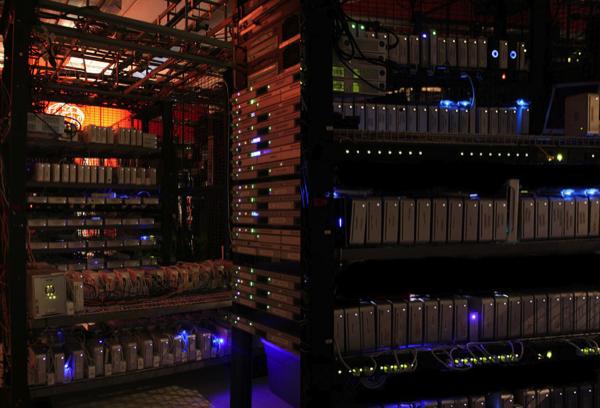 Tumpukan Mac mini di ruangan server perusahaan hosting Macminicolo